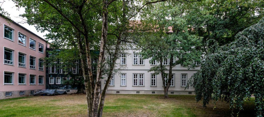 Bibliothek des Landeskirchenamtes der evangelisch-lutherischen Landeskirche Hannovers. Blick auf den Fuerstenhofs.